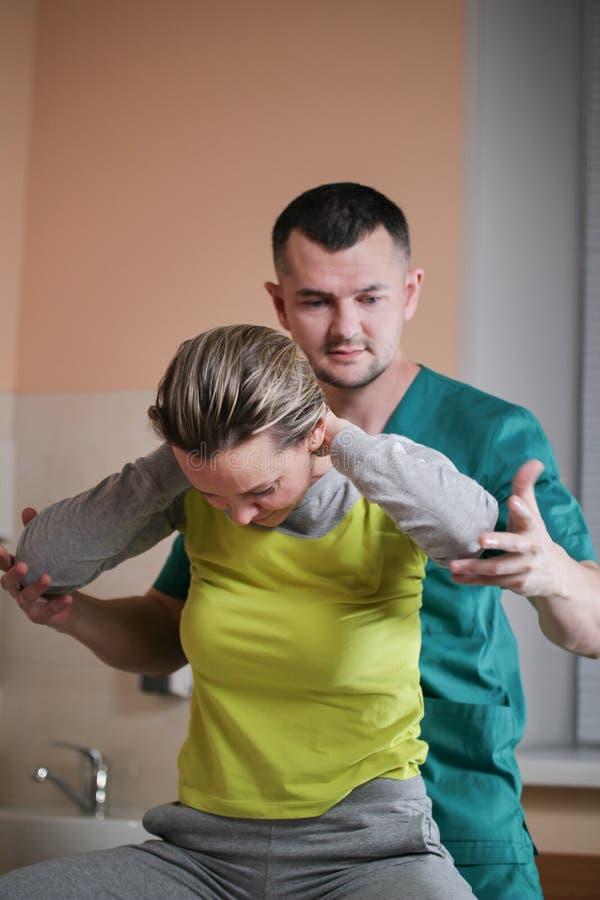 脊椎的医疗保健-医生整骨者有妇女` s脖子的手工疗法 免版税库存图片