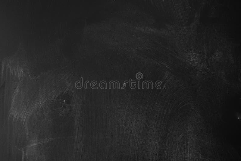 脏污和被弄脏的黑板或黑板背景 免版税库存照片