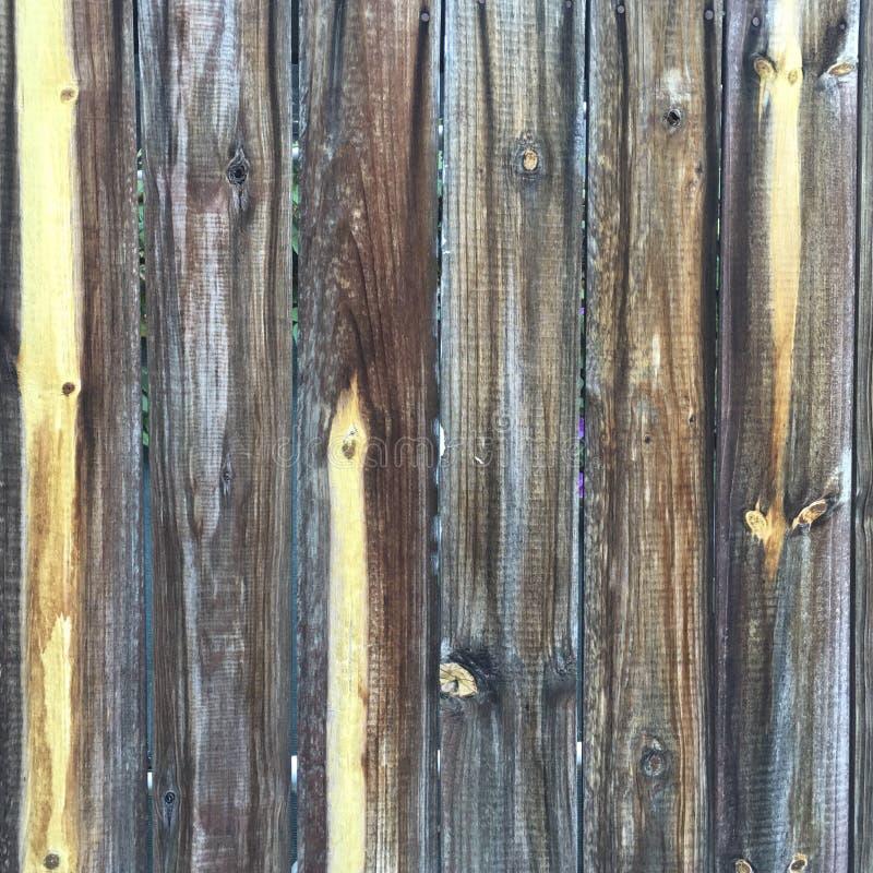 脏的困厄的灰色木织地不很细篱芭 免版税库存照片