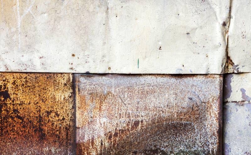 脏的生锈的金属墙壁背景纹理 库存照片