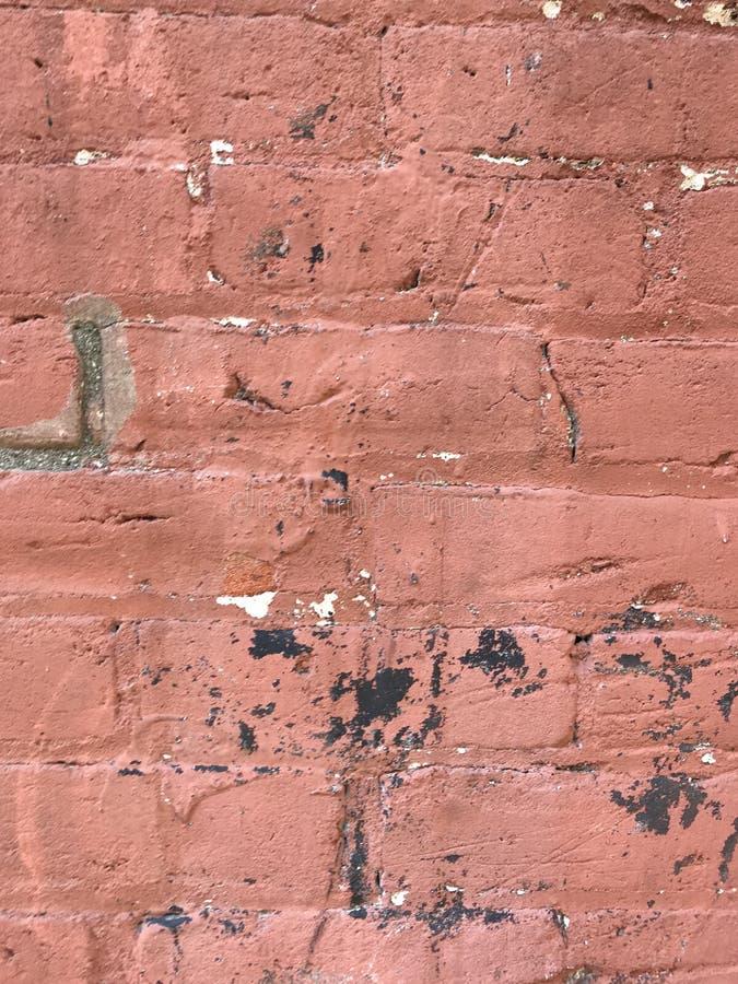 脏的红砖墙壁关闭与油漆飞溅 免版税库存图片