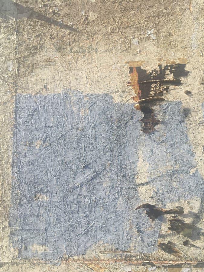 脏的被绘的剥的墙壁工业砖背景 免版税图库摄影