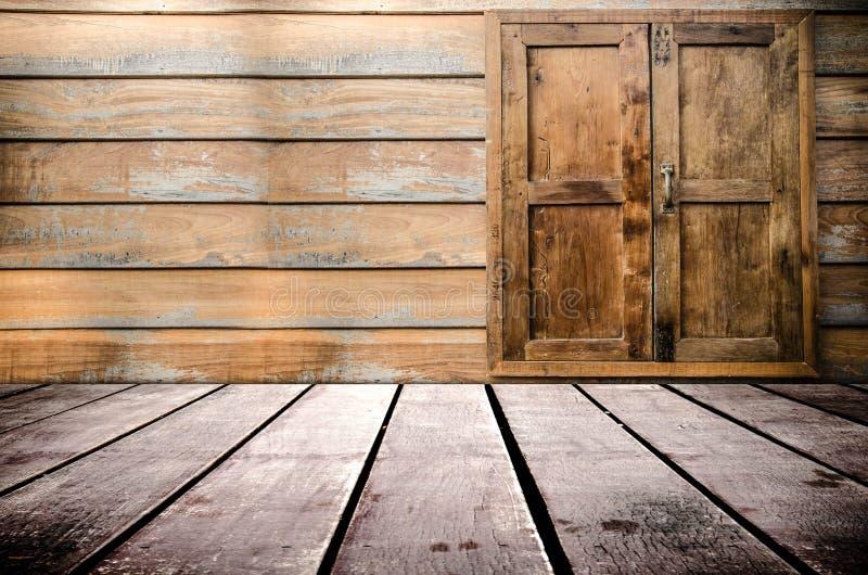 脏的织地不很细红砖和石墙有温暖的棕色木地板的在老被忽略的和离开的内部、石工和鲤鱼里面 免版税库存图片
