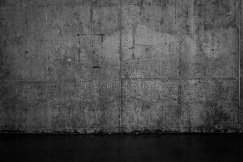 脏的黑暗的混凝土墙和湿地板 免版税库存图片