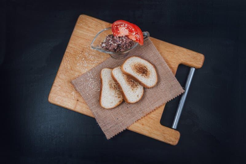 头脑素食豆用蕃茄 Veg三明治 在板岩的快餐 敬酒的面包 与芝麻籽的白面包在a 免版税库存照片