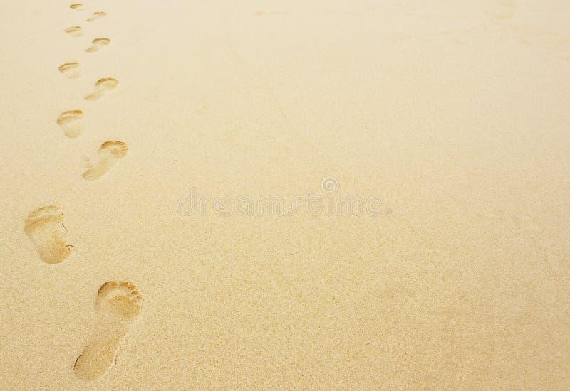 脚印在沙子背景中 免版税库存图片