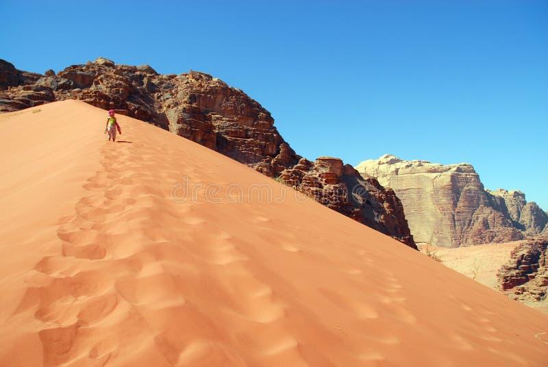 脚印女孩留下沙子 免版税库存照片