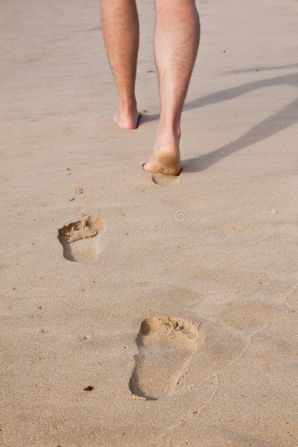脚印铺沙湿 库存图片