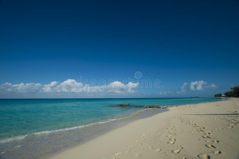 脚在沙子打印在Bimini海滩 库存照片