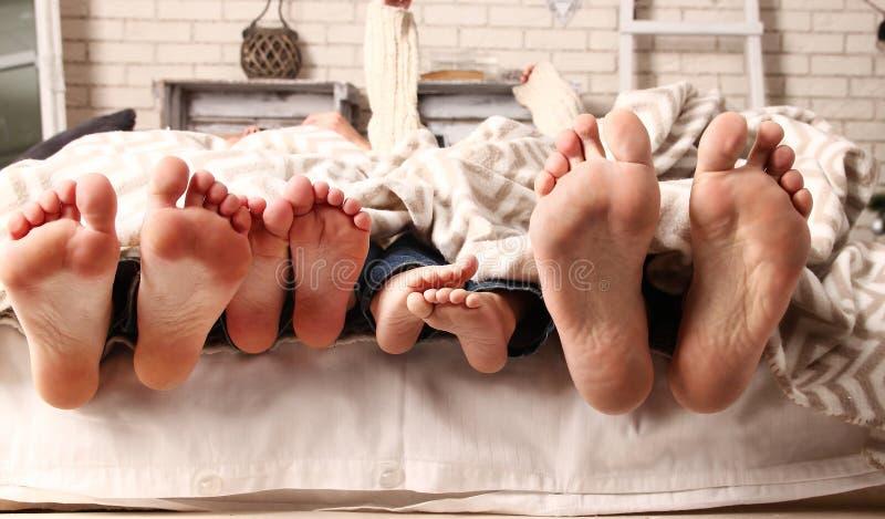 脚愉快的家庭 免版税图库摄影