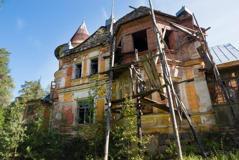 脚手架在旧房子附近 免版税库存图片
