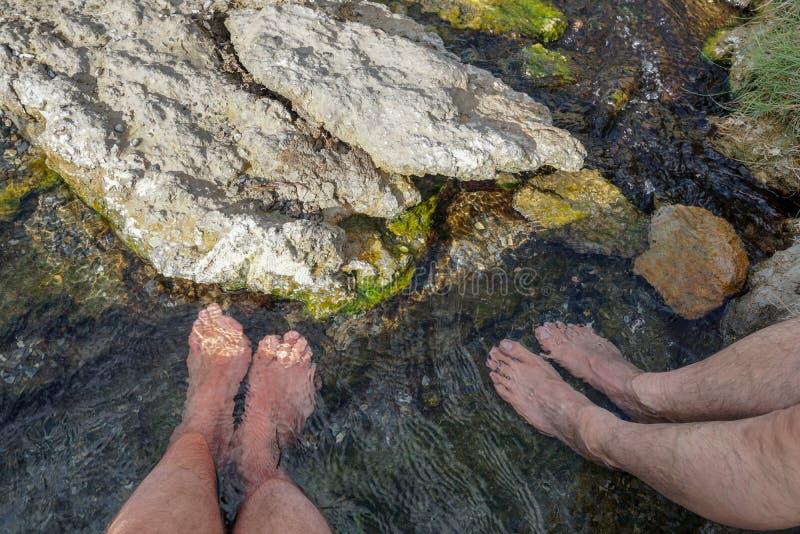 脚无危险浸没了河的水 图库摄影