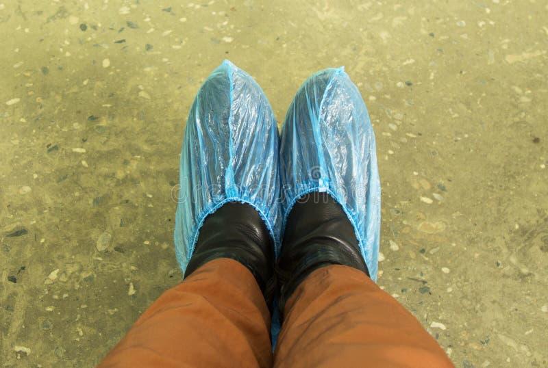 脚蓝色鞋子盖子在医院患者 免版税库存图片