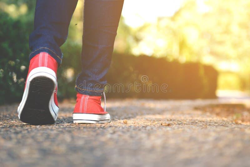 脚走的妇女在公园 免版税库存照片