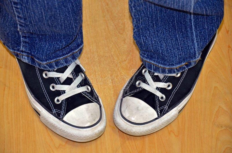 脚趾向内弯青少年在运动鞋 免版税库存照片