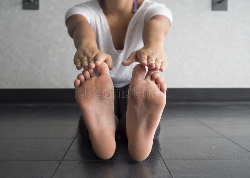 脚趾接触腿筋流动性舒展 免版税库存图片