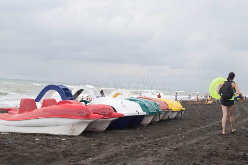 脚蹬小船在一个沙滩和聘用的在海边 免版税图库摄影