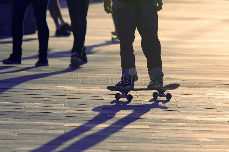 脚青少年的溜冰板运动在城市 免版税库存图片