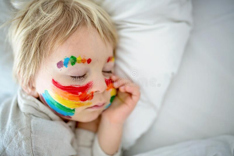 脸上彩虹、双手凌乱的金发美女 免版税库存照片