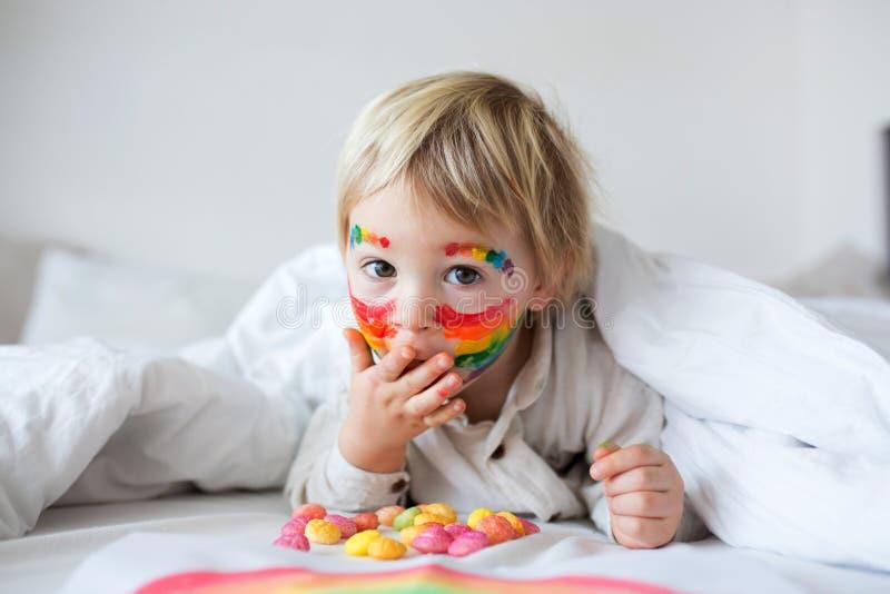 脸上彩虹、双手凌乱的金发美女 免版税图库摄影