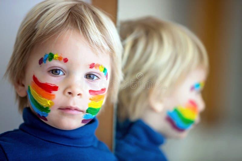 脸上彩虹、双手凌乱的金发美女 库存图片