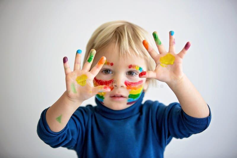 脸上彩虹、双手凌乱的金发美女 免版税库存图片