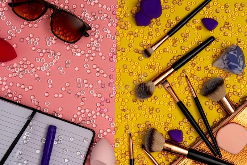 脸红刷子和太阳镜在桃红色和黄色背景 库存照片