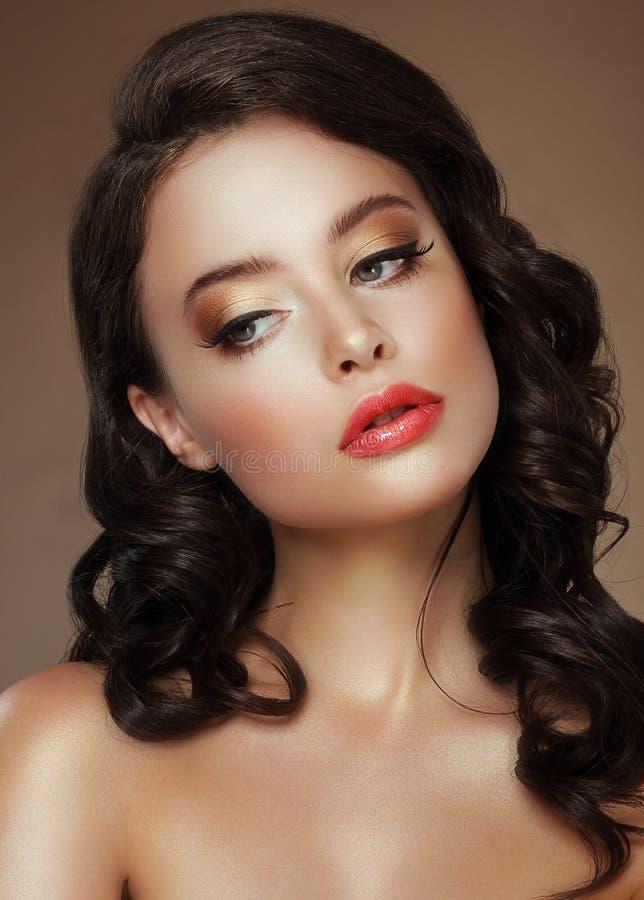 脸 晚上构成 有金黄眼影膏的时髦的妇女 免版税库存图片
