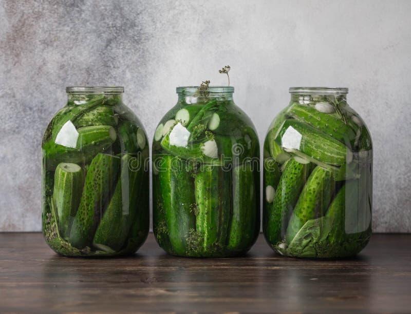 腌制的黄瓜的准备 保存 在瓶子的罐装酱瓜在木桌上 库存照片