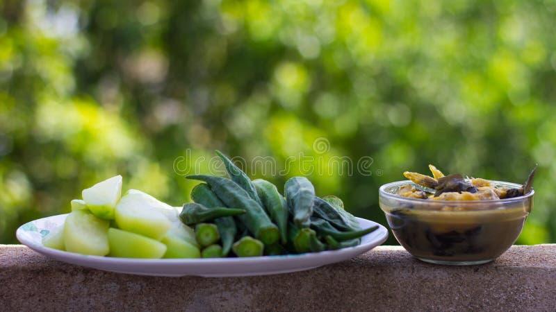 腌制鱼用煮沸的秋葵 库存图片
