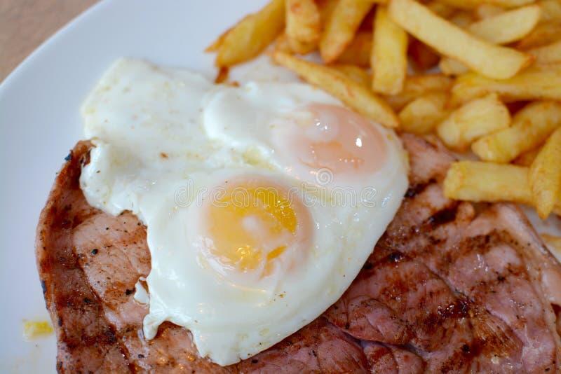 腌火腿,鸡蛋,芯片 免版税库存图片