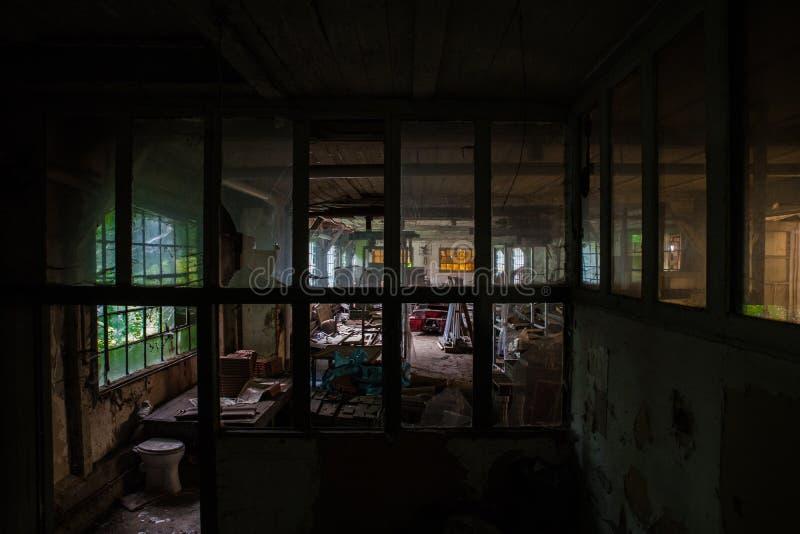 腐朽的工厂厂房 免版税库存照片
