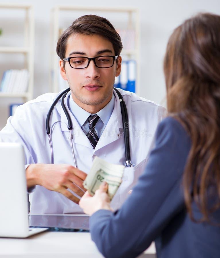 腐败概念的医生与被提供贿款 免版税库存图片