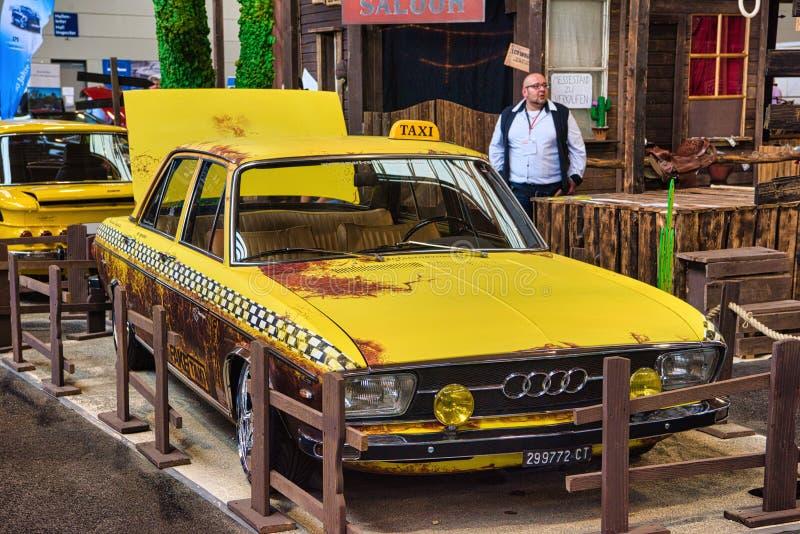 腓特烈港- 2019年5月:在Motorworld经典之作2019年5月11日Bodensee的黄色出租汽车奥迪100 C1 F104 1968年轿车 免版税库存图片