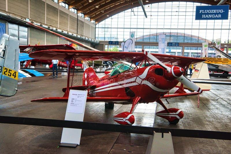腓特烈港- 2019年5月:红色双翼飞机PITTS S1在Motorworld经典之作2019年5月11日Bodensee的11B 2005年在腓特烈港, 库存图片