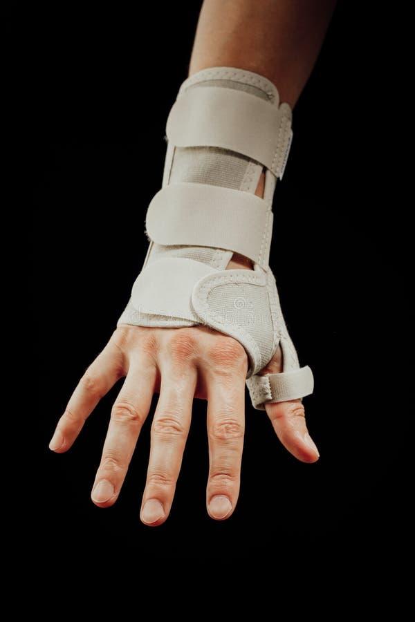 腕子和手orthotics支持腕管综合症裂缝合拢,隔绝在黑色 免版税库存图片