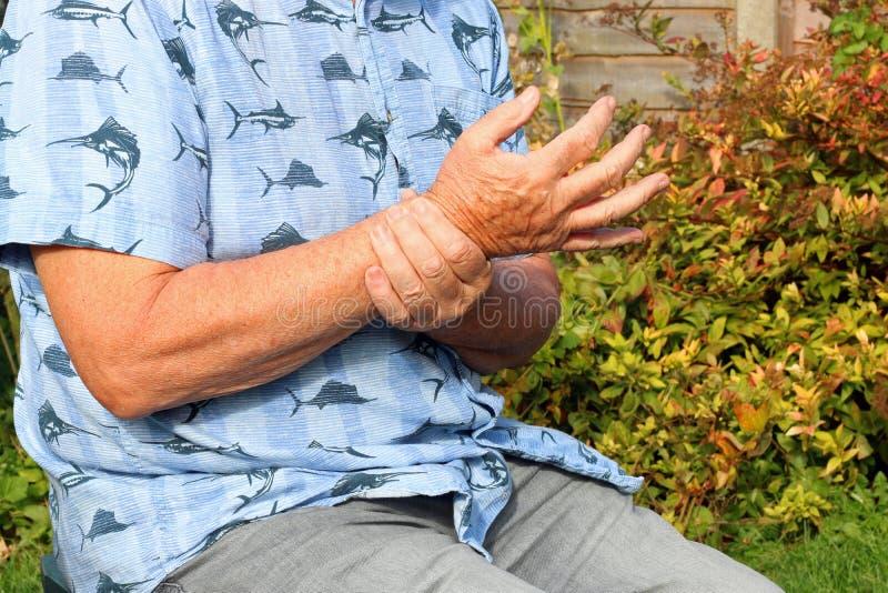 腕子痛苦 关节x线照片 前辈在痛苦中 图库摄影