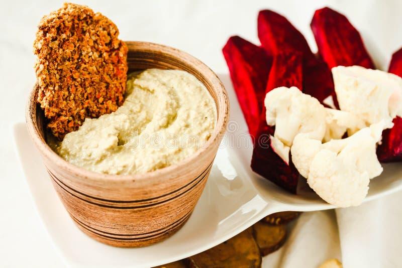 腰果调味汁,从坚果的日志免费乳酪用红萝卜薄脆饼干a 库存照片