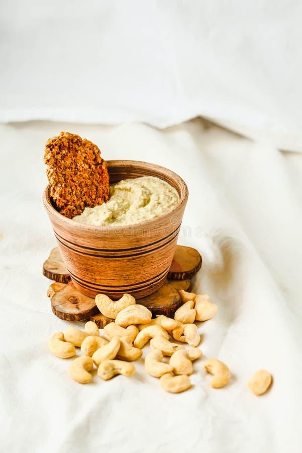腰果调味汁,从坚果的未加工的素食主义者乳酪用红萝卜薄脆饼干 图库摄影