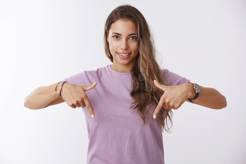 腰部射击了有吸引力的健康指向在看的适合现代妇女给建议的您下的食指 库存照片
