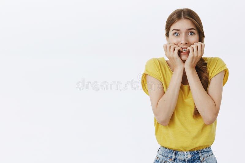 腰部被射击关于感觉的恐慌的女孩从忧虑和忧虑流行的眼睛的害怕和关心的尖酸的手指在 免版税库存照片