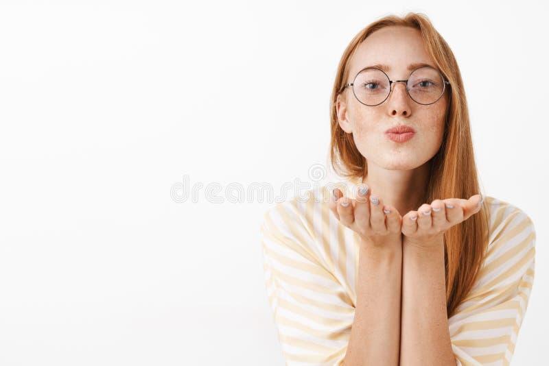 腰部被射击逗人喜爱的女性红头发人女性在与折叠嘴唇和弯曲往的自然雀斑的时髦玻璃 图库摄影