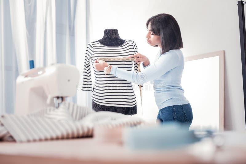腰部采取在时装模特的殷勤裁缝测量 免版税库存照片