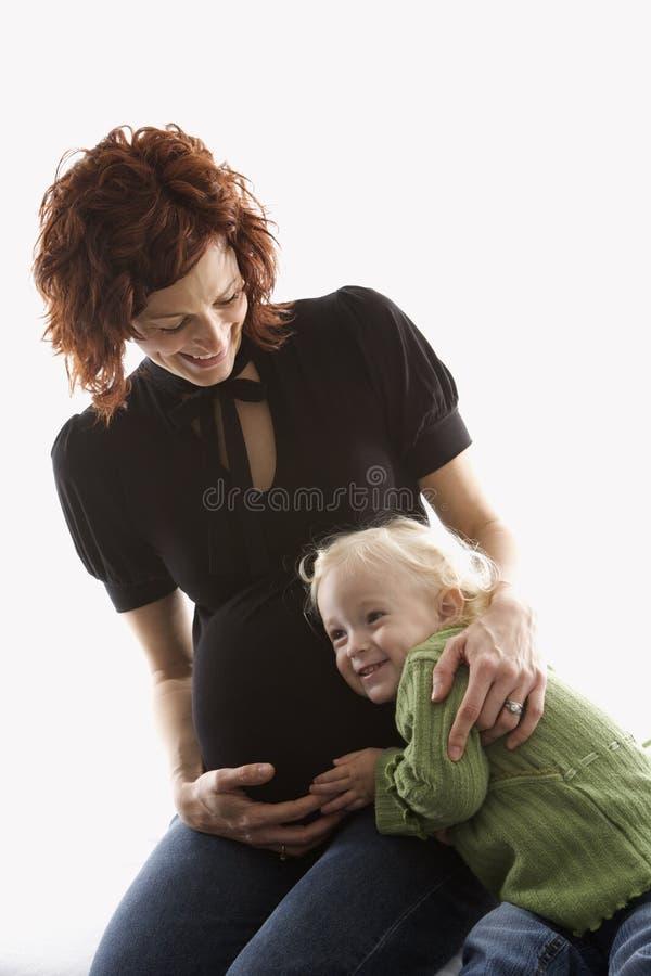 腹部儿童耳朵她的母亲怀孕的s 库存照片