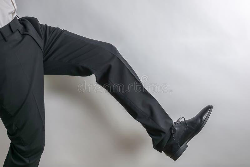 腿和鞋子从一个穿着体面的商人在一套黑衣服 库存照片