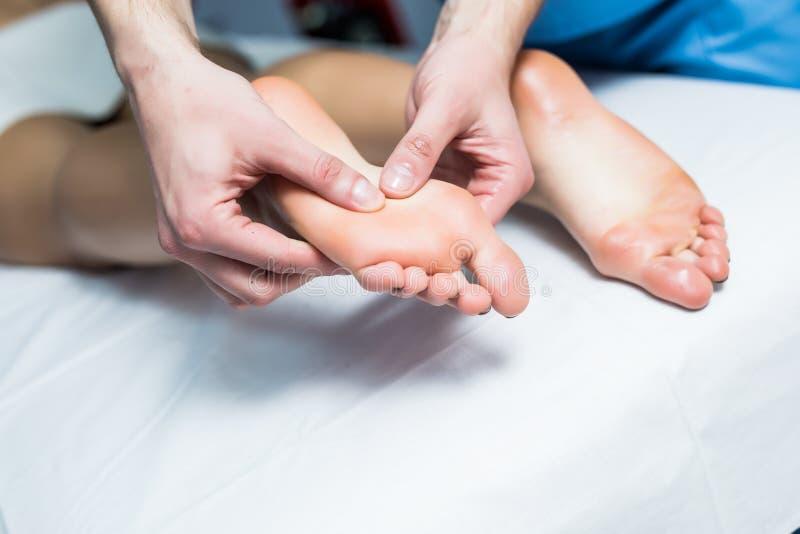 腿在温泉沙龙的按摩治疗,得到全部按摩治疗的A妇女 图库摄影