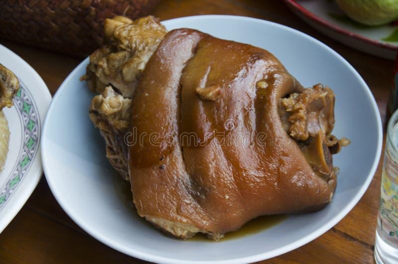 腿猪肉在棕色沙司青蛙的小汤或腿猪肉炖了 库存照片