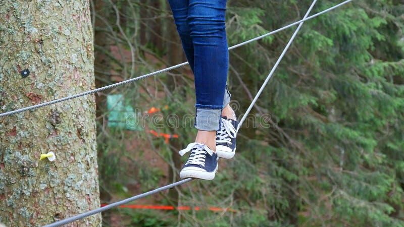 腿的特写镜头,当平衡在绳索时 免版税库存图片