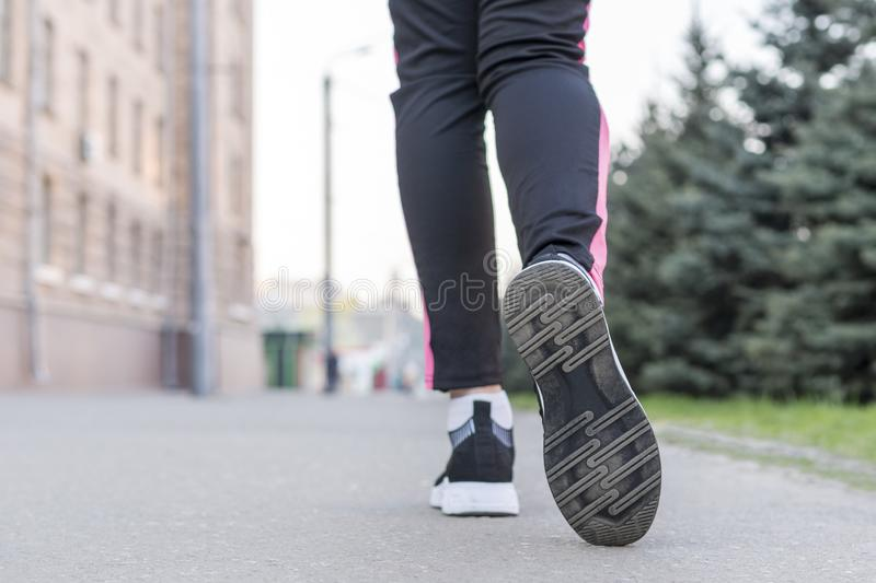 腿跑在街道下 库存照片