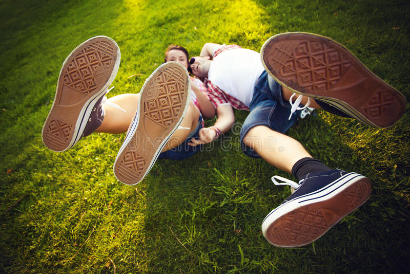 腿,夫妇,笑,草 免版税库存图片